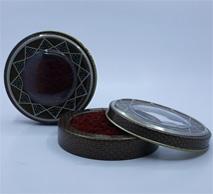 زعفران سرگل ممتاز ۱ مثقالی در ظرف فلزی خاتم